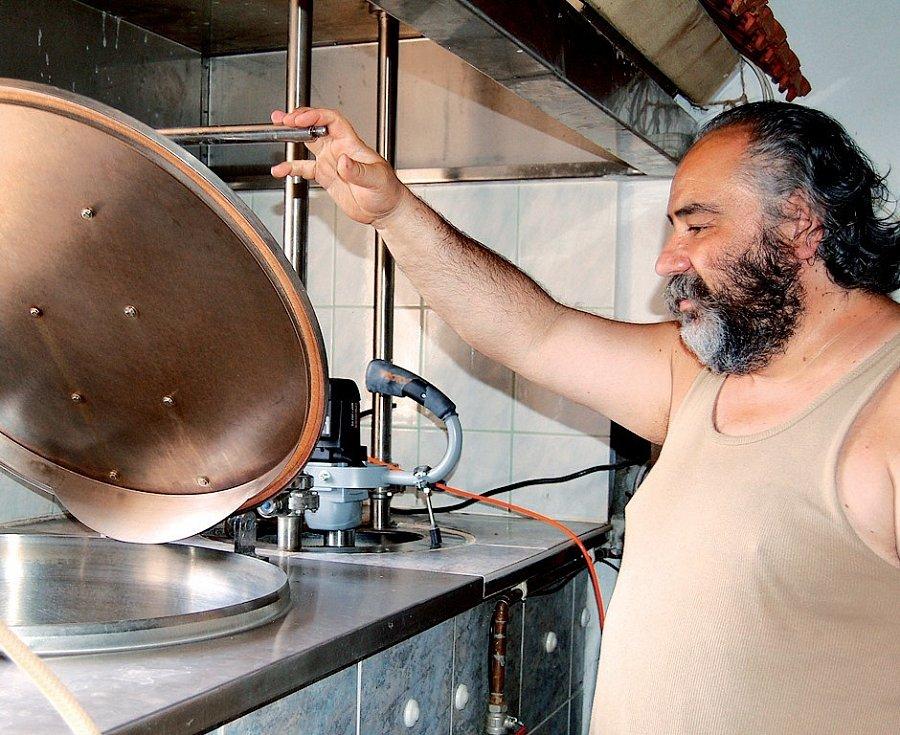 Bohuslav Novák si výrobou piva splnil podnikatelský sen a ve vlastním velichovském pivovaru uvaří za měsíc čtyřicet sudů zlatavého moku.