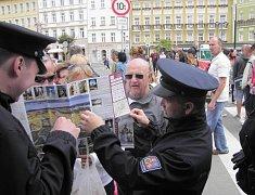 Policisté se důkladně připravili se 52. ročník Mezinárodního filmového festivalu. Letos je posílen výkon služby, a to jak uniformovaných policistů, tak také policistů v civilu.