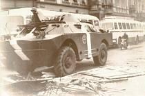 Výročí okupace 21. srpna 1968 si připomínají i Karlovy Vary, kde se lidé jen tak nechtěli vzdát. Sovětské tanky neunesl most ve Dvorech. Ulice byly plné lidí.