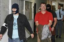 Pavel K. Markvart (na snímku v červeném tričku), který je ve vazbě kvůli podezření z machinací s dotacemi, byl odvolán z postu ředitele ROP Severozápad.