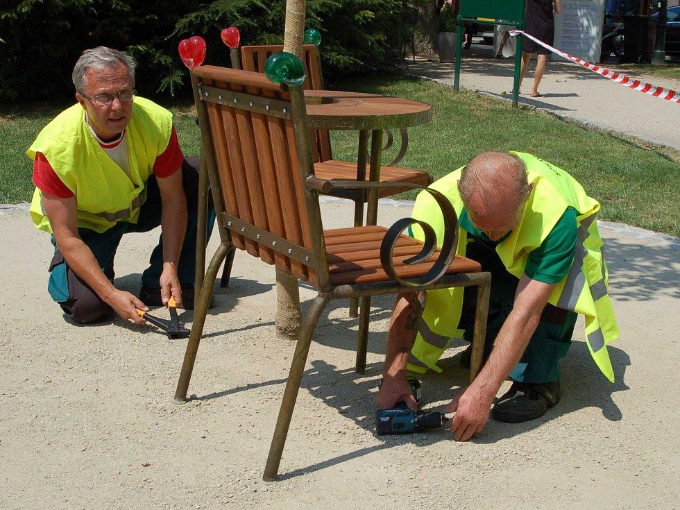 Zaměstnanci Správy lázeňslých parků připravují Havlovo místo - Havlovu lavičku.