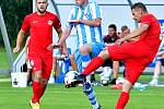 Krajské derby mezi Ostrovem (v červeném) a chebskou Hvězdou (v pruhovaném) bylo ukončeno za stavu 1:1.
