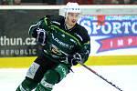 Hokejisté HC Energie (v zeleném) hostili Jihlavu. Jaromír Kverka