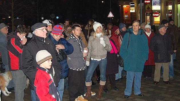 Před hlavní poštou v Karlových Varech se shromáždilo několik set lidí, kteří si připoměli revoluční události před osmnácti lety.
