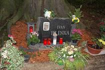 Jen pár svíček. V sobotu, kdy uplynuly čtyři roky od nehody Ivana Hlinky, hořelo na jeho pomníčku jen pět svíček.