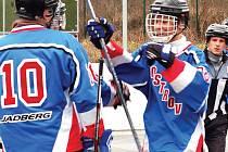 V jedenáctém kole oblastní hokejbalové ligy svedla boj o druhé místo v tabulce v rámci karlovarského derby rezerva CSKA s Atlantisem Ostrov.