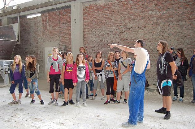 Na táboře v Nové Roli se baví děti z Čech, Německa i Polska. V rámci tábora navštívily Sedlecký Kaolin.