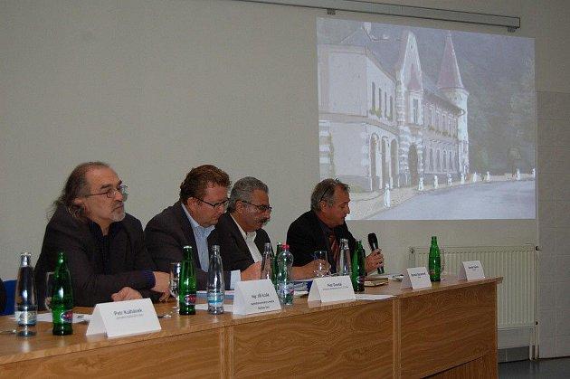 Tisková konference, na které KMV představily projekt na revitalizaci Lázní Kyselka