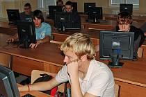 Studentů Střední odborné školy stavební Karlovy Vary se ukončení podpory internetu ze státní kasy nedotkne. Škola si od začátku hradila provoz sítě sama.