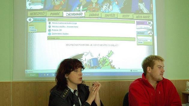 PREZENTACE INTENETOVÝCH STRÁNEK. Veronika Krajsová a Lukáš Hutta včera předvedli první reálný výstup práce asociace Záchranný kruh.