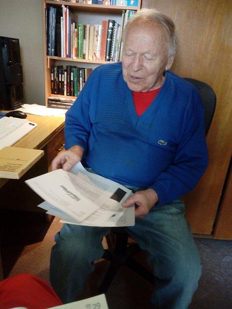 Václav Holeček ve své pracovně.