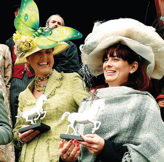 Atraktivní soutěž klobouků (na snímku), stejně jako loňské dostihy, budou při letošním setkání šlechticů v Karlových Varech chybět.Jan Sokol