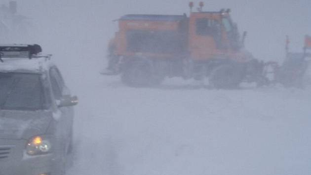 Silný vítr a sněžení znamenalo jediné. Problémy v dopravě.
