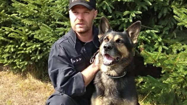 Policejní psovod se psem Wigem, přispěli k záchraně dívky.