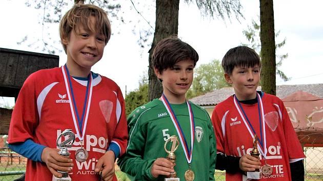 Medailisté krajského přeboru družstev mladších žáků Plzeňského kraje. Vlevo stříbrný Tobiáš Gregor, vpravo bronzový Matěj Sunek (oba Liapor) a uprostřed vítěz kategorie mladšího žactva Ondra Tolar z Baníku Stříbro.