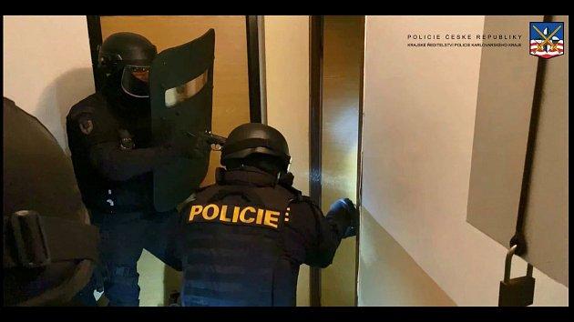Záznam ze zatčení a předvedení agresorů k soudu
