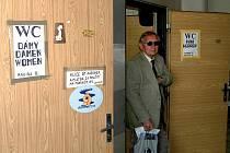 Hnus za osm korun. Veřejné toalety na Dolním nádraží jsou špinavé a návštěvniky lázní odpuzují. Jinam jít ale nemohou. Poblíž tohoto frekventovaného nádraží jiné záchodky v centru nejsou.
