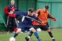 Fotbalový reparát složili v domácím prostředí v duelu s Loktem (v modrém) fotbalisté Sedlece (v oranžovém), když soupeře ze Sokolovska porazili v poměru 4:2.