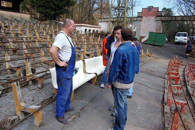 V sobotu se mohli poprvé dobrovolníci zapojit do rekonstrukce karlovarského letního kina
