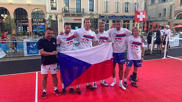 Dvě zlata a jeden bronz vybojovali nohejbalisté na mezinárodním turnaji ve Francii. Kategorie mužů brala první místo, k tomu pak přidaly ženy ve své kategorii zlato a bronz.