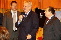 Prezident Zeman zavítal při své návštěvě Karlovarského kraje i na gymnázium v Ostrove. Zde obdržel pamětní knihy školy a fajfku