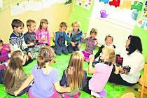 Škola hrou. Základní a mateřská škola v Bečově má spíše rodinný charakter. Ve třídě je v průměru jedenáct žáků.
