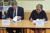 Pořádání zimní olympiády stvrdili svými podpisy Jana Mračková Vildumetzová a předseda Českého olympijského výboru Jiří Kejval.