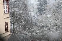 Už v sobotu 20. března začíná jaro, ale v Karlových Varech to evidentně zima ještě nevzdává. Že by šlo jen o pár vloček, se říci nedá. Dopoledne v lázeňském městě dokonce hustě sněžilo.