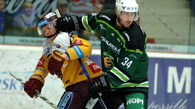 Hokejisté HC Energie (v zeleném) hostili Jihlavu. Václav Skuhravý a Petr Hubáček