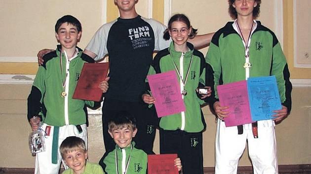 Na snímku zleva Tomáš Ducháč, trenér Jan Ruth, Michaela Štěpničková, Jiří Hricko, dole bratři Šarochové.