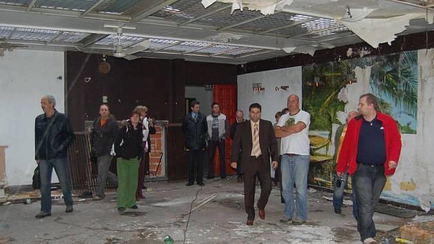 Předsálí kinosálu Lidového domu vypadá opravdu děsivě. Město ho chce společně s kinosálem zbourat.