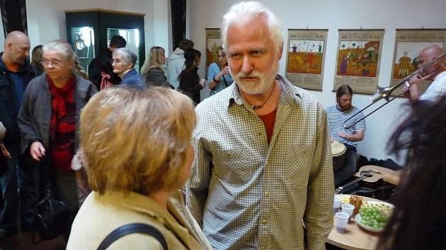 V úterý 5. května odpoledne byla zahájena výstava s názvem Šamanův medvídek a jiné objekty karlovarského výtvarníka Dalibora Nesnídala v Městské knihovně v Lokti.