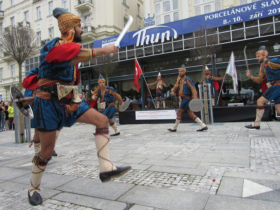 Roztančený folklorní festival a porcelánové slavnosti.