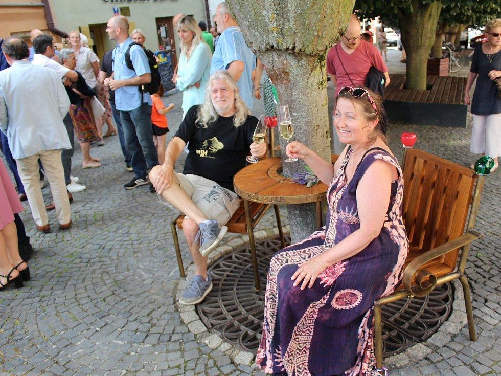 V dolní části náměstí v Chebu je lidem k dispozici lavička Václava Havla.