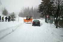 Řidiči parkující mimo vyznačená parkoviště komplikují úklid sněhu ze silnic.