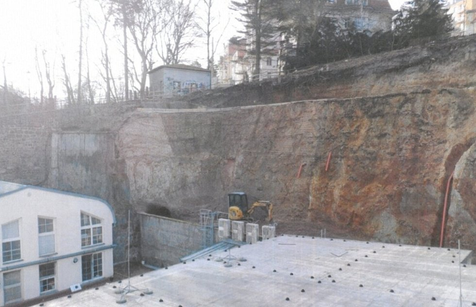 Odkrytý otvor ve stráni nad Hlavní poštou.