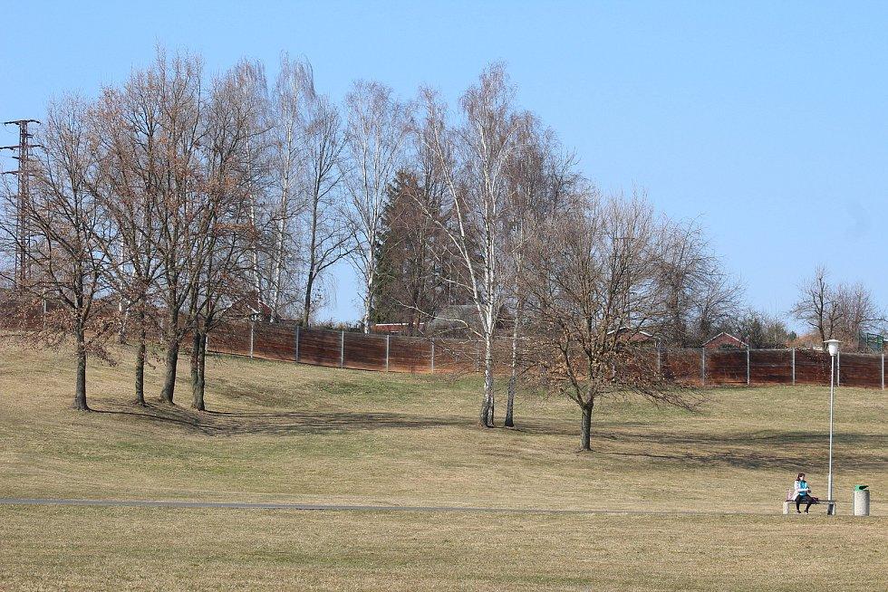Volnočasový areál Rolava se rozšíří o amfiteátr. Zatím je na něj vyčleněno 2,5 milionu korun, za které se má postavit pódium a část hlediště.