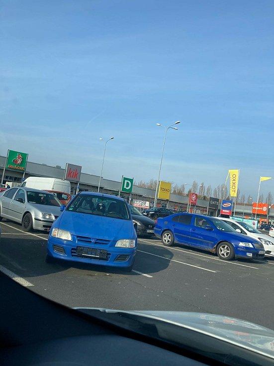 Vrak u OC Michal v Sokolově zabírá tři parkovací místa. Foto: Jindřich Pavézka