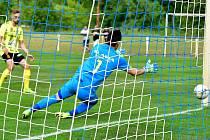 Karlovarská Slavia dnes přivítá ve Dvorech od 18 hodin v rámci derby Ostrov. Ve stejný čas bude zahájeno i utkání Viktorie, která v Mariánských Lázních bude hostit Sokolov U19.