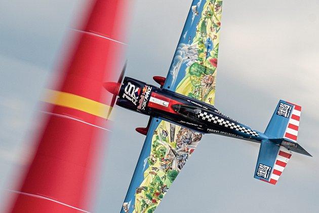 Pilot Petr Kopfstein se chystá na své vystoupení nad Balatonem.