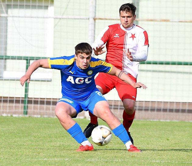 Vsouboji třetiligových týmů uspěla karlovarská Slavia, která porazila Teplice B 2:0.