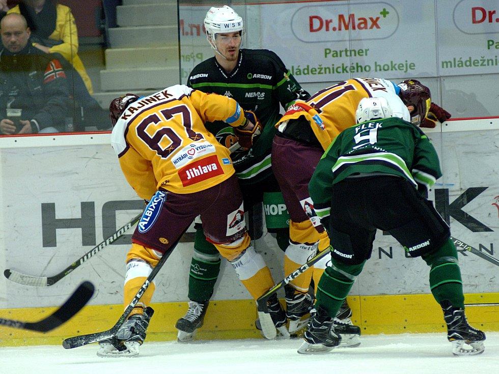 Hokejisté HC Energie (v zeleném) hostili Jihlavu. Stanislav Balán v obležení