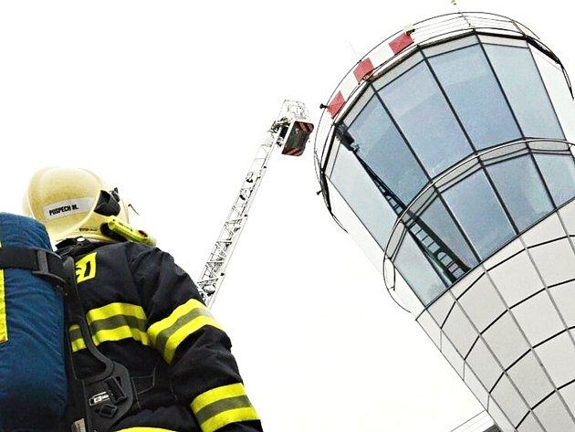 Cvičení hasičů na karlovarském letišti.
