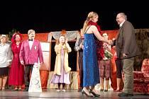 Autora Madam Colombové Jana Váchala pozvali po představení ostrovští ochotníci na pódium. Autor jim pak na oplátku podepsal program představení.