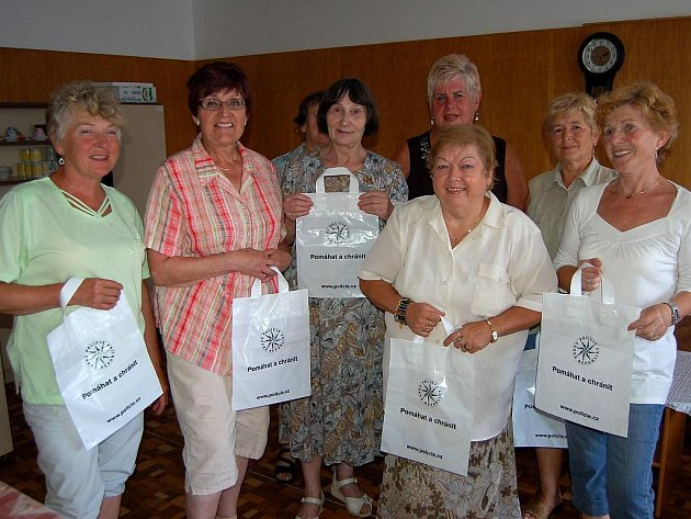 Dobrovolnice z řad členek karlovarské organizace Svazu důchodců České republiky se zapojily do preventivního policejního projektu.