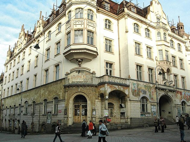 Na opravu čeká historický objekt Národního domu už více než deset let. Rekonstrukci nyní brání opět Ivo Ouřada, který ji blokuje soudním sporem.