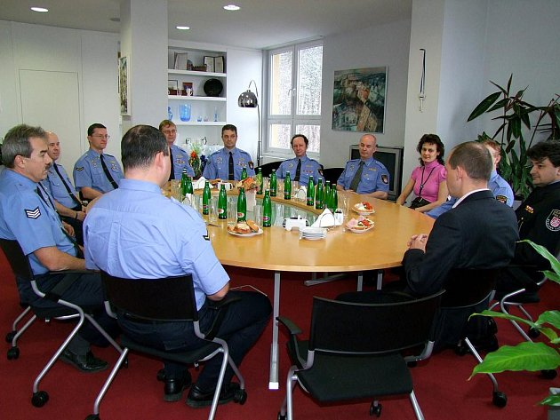 Primátor Petr Kulhánek přijal čtrnáct strážníků, kteří slouží u Městské police patnáct či dvacet let. Převzali písemnou gratulaci a dárkový koš.