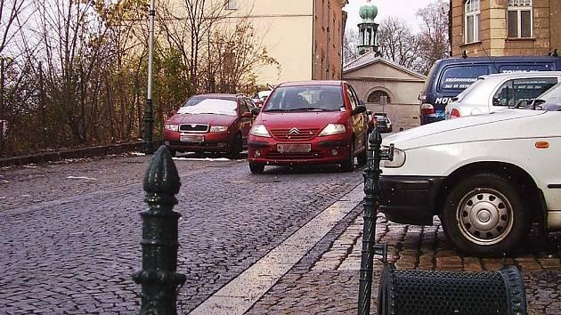 Auta lidem vadí. Doprava v Ondřejské ulici je dle inicátorů petice hustší a rychlejší, než by měla být.