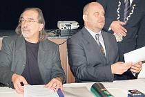 Náměstek Jiří Kotek (vpravo) nechápe, proč bývalí radní schválili po volbách na 130 usnesení. Primátor Kulhánek je pozastavil a nová rada (vlevo náměstek Jiří Klsák) je nyní prověří.