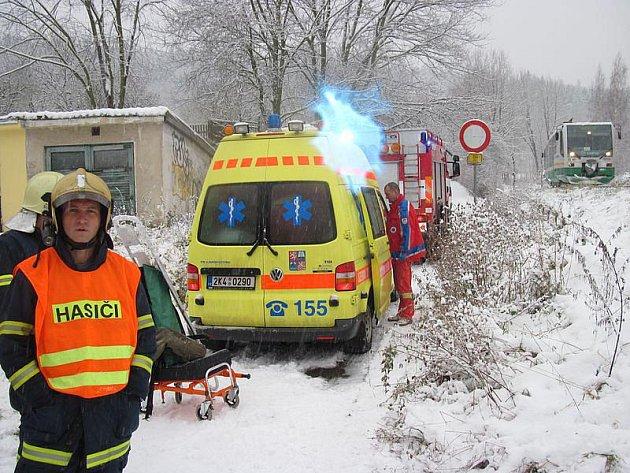 Muž přecházel koleje u tenisových kurtů v karlovarských Tuhnicích. Na zasněžené trati ale nejspíš uklouzl a přijíždějící vlak ve směru z Bečova na Karlovy Vary už nestačil dobrzdit. Těžce zraněného muže převezla záchranná služba na ARO.